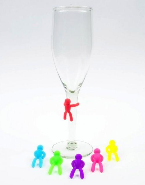 ¡Que comience la fiesta! Y que tus invitados no confundan sus bebidas con este set de 6 marcadores para copas o vasos en forma de pequeños y coloridos hombres.-portada