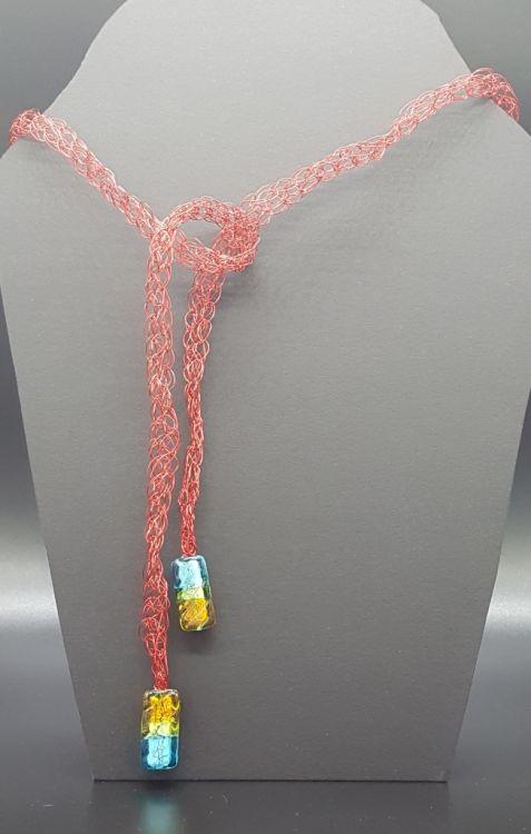 Collar rojo tejido fabricado en aluminio. -imagen-principal