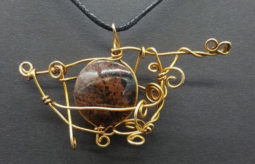 Dije de piedra jaspe marrón con tumbaga. -imagen-principal